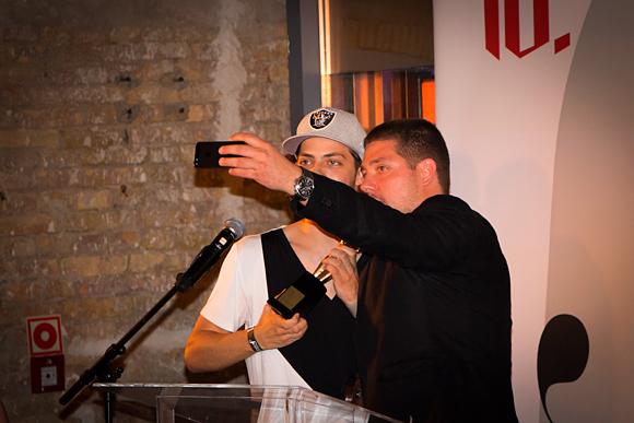 """Fashion Awards 2014 - Éder Krisztián ás Viszlay Márk """"szelfi"""" próbálkozása 1. Fotó: © BudapestBackstage.com"""