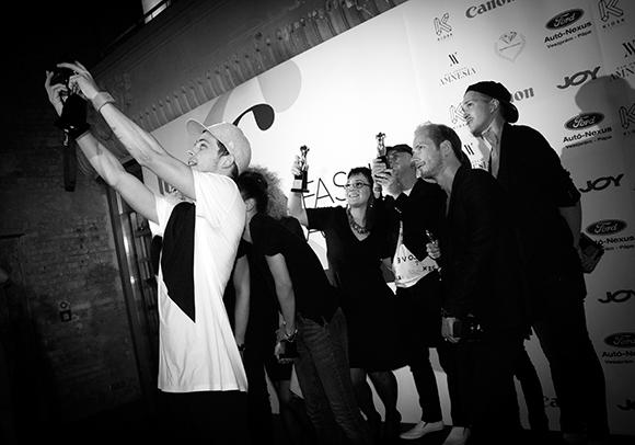 """Fashion Awards 2014 - Zárásként egy """"tervezett"""" közös szelfi Fotó: © BudapestBackstage.com"""