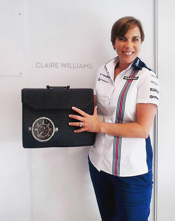 Claire Williams – Williams Martini Racing F1 csapat helyettes csapatfőnöke  SZILAS RITA kilóméterórás táskájával